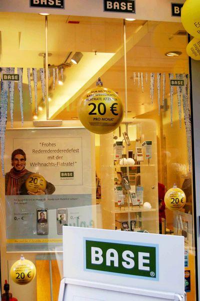 plv - boutique décorée avec des objets en thermoformage, boules, stop trottoir, affichette