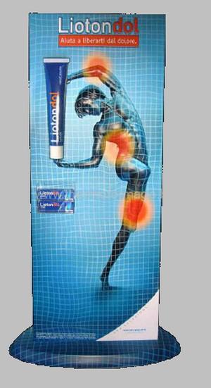 totem publicitaire - sur socle avec figure en semi-relief