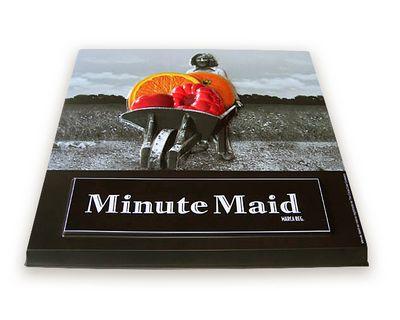 affichage publicitaire - plateau en noir et blanc avec touche de couleur en plastique thermoformé
