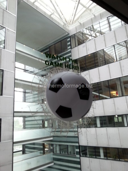 mobile en plastique - sculpture ballon de football
